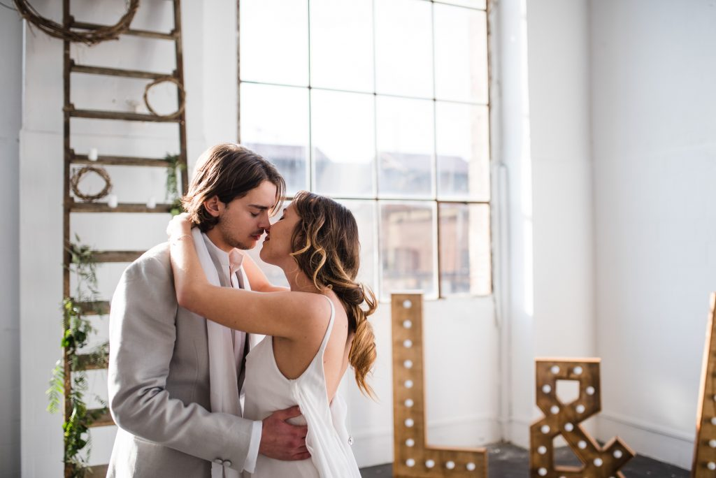 Minimalist Organic Industrial Elopement Barcelona | Shooting d'inspiration Minimalist Organique Industriel Barcelone | Harold Abellan Photography | Make My Wed Wedding Event Design