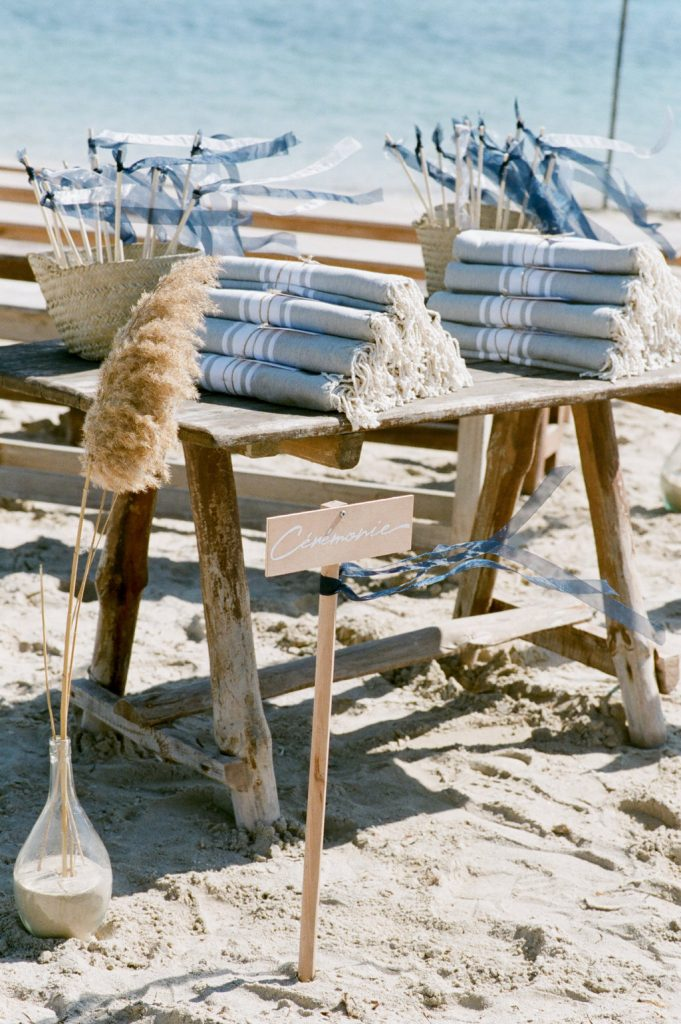 Décor de cérémonie de mariage laïque sur la plage | Make My Wed | Djerba, Tunisie